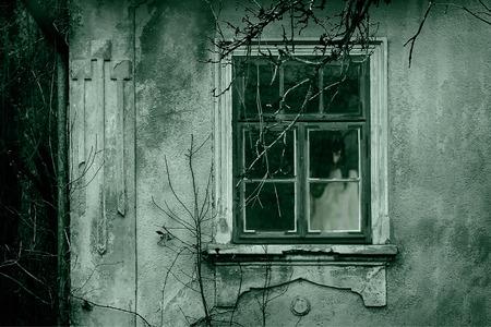 demonio: Escena del horror de una mujer asustadiza