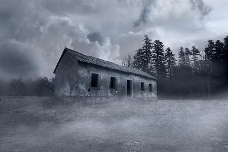 Abandoned Horror House in the Misty Forest Standard-Bild