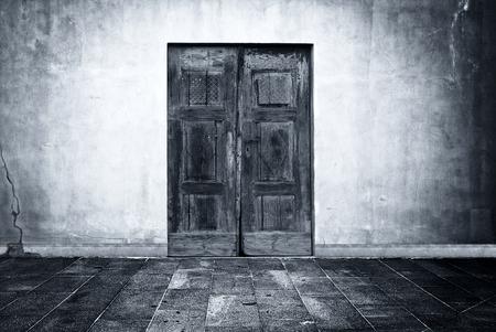 Wide grunge vintage background with old door, empty room interior as backdrop Standard-Bild