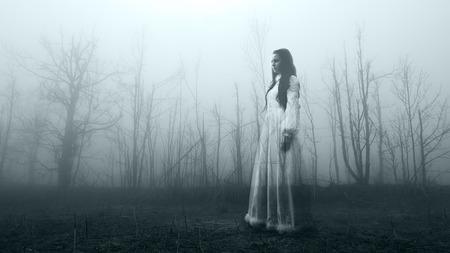 Horror Szene einer furchtsamen Frau Standard-Bild - 52703963