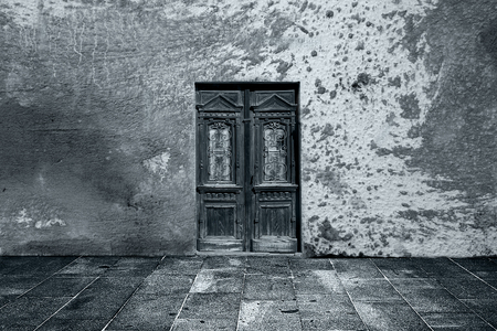 empty room: Wide grunge vintage background with old door, empty room interior as backdrop Stock Photo