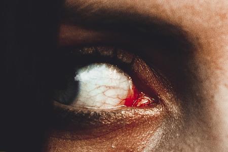 Horrorszene einer gruseligen Frau, gruselige Augen