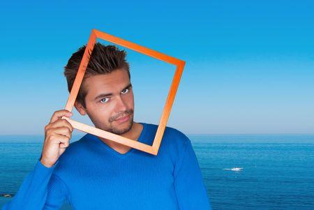 hombres gays: Retrato de joven guapo sexy en mar de fondo