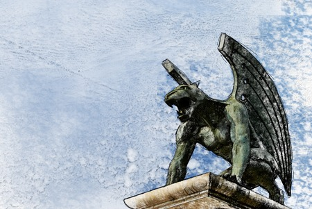gargouille: guardian gargoyle over Pont del Regne of bridge of the kingdom. Valencia. Spain Banque d'images