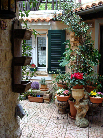 Home various flowers in pots. Design Italian courtyards around the house.
