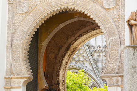 セビリア、スペインの歴史的建造物やモニュメント。建築の詳細、石のファサードと博物館。サンタ・マリア・デ・ラ・トブセダのカテドラル。