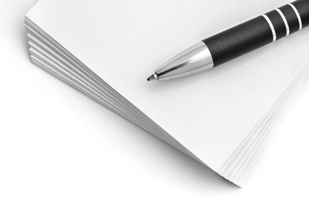 紙のスタックの上にペンのセレクティブ フォーカス画像