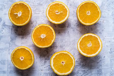 Mangiare sano concetto. Modello con agrumi arancioni freschi crudi. Lay piatto, su sfondo bianco cemento. Archivio Fotografico