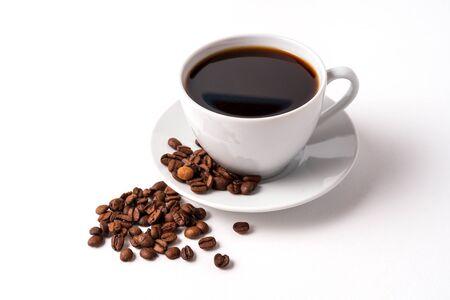 Kopje koffie en koffiebonen geïsoleerd op een witte achtergrond, kopieer ruimte voor tekst. Stockfoto