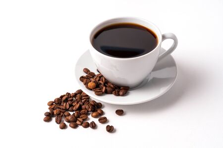 Tazza di caffè e chicchi di caffè isolati su sfondo bianco, copia spazio per il testo. Archivio Fotografico