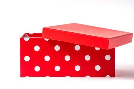 Vista frontale aperta Confezione regalo isolata su sfondo bianco, copia spazio. Archivio Fotografico