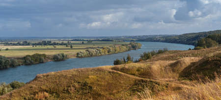 Russian Oka river before sunset on a clear autumn day under dramatic sky. Stockfoto