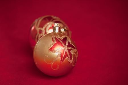 varicoloured: Bolas de Navidad bocetado sobre fondo rojo. Foto de archivo