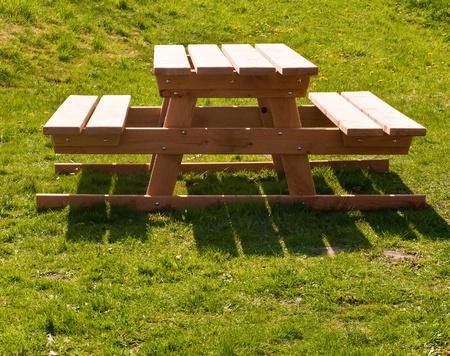 Picknick-Tisch außerhalb mit einem Rasen. Standard-Bild - 9563545