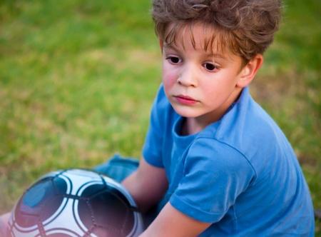 terrain de handball: Adorable petit gar�on avec une balle dans un parc. Banque d'images