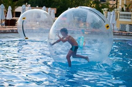 Boy Ball in der Luft in das Wasser im Pool. Standard-Bild - 10321736