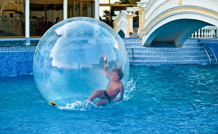 Boy Ball in der Luft in das Wasser im Pool. Standard-Bild - 10321735