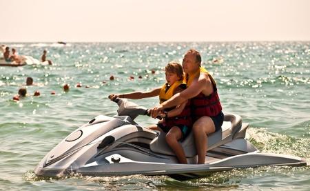 jet ski: Familia feliz en el agua en el mar.