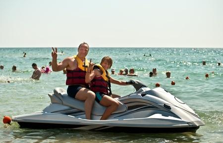 jet ski: Happy family sur l'eau dans la mer.