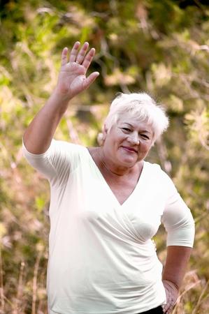 Ltere Frau in einem Park im Sommer. Standard-Bild - 11142614