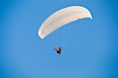 Weiße Drachen in Himmel über blauem Meer Standard-Bild - 14338243
