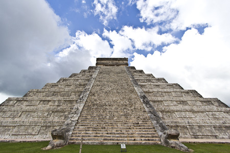 El Castillo, the famous pyramid of Chichén Itza, Mexico photo