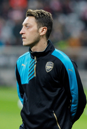 arsenał: Munich - November 4: Mesut Ozil During The heating of the Champion League match Bayern Munich - FC Arsenal at the Allianz Arena Was November 4, 2015 in Munich, Germany Publikacyjne