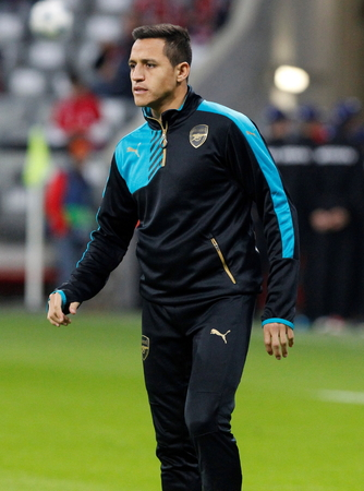 arsenał: Munich - November 4: Alexis Sanchez During The heating of the Champion League match Bayern Munich - FC Arsenal at the Allianz Arena Was November 4, 2015 in Munich, Germany