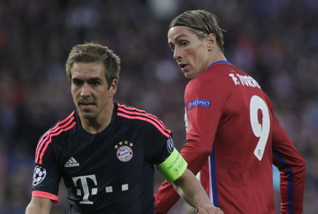 champions league: MADRID, SPAIN - April 27, Philipp Lahm and Fernando Torres in Action During the semifinal match of the UEFA Champions League first leg between Atletico Madrid and the Bayen Munich at the Vicente Calderon April 27, 2016 Madrid, Spain