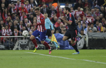 martinez: MADRID, SPAIN - April 27: Antoine Griezmann and Javi Martinez in action During the semifinal match of the UEFA Champions League first leg between Atletico Madrid and the Bayen Munich at the Vicente Calderon April 27, 2016 Madrid, Spain