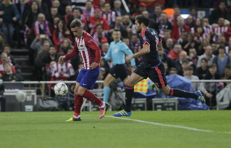 champions league: MADRID, SPAIN - April 27: Antoine Griezmann and Javi Martinez in action During the semifinal match of the UEFA Champions League first leg between Atletico Madrid and the Bayen Munich at the Vicente Calderon April 27, 2016 Madrid, Spain