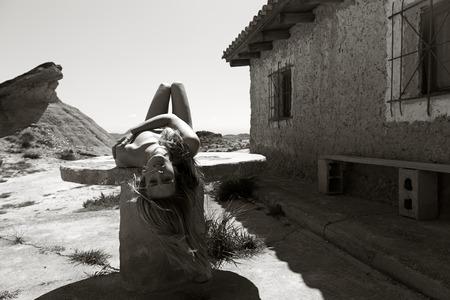 ni�a desnuda: chica desnuda posando al aire libre