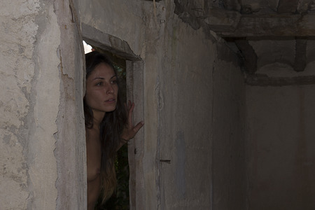 ni�a desnuda: chica desnuda posando en casa en ruinas Foto de archivo