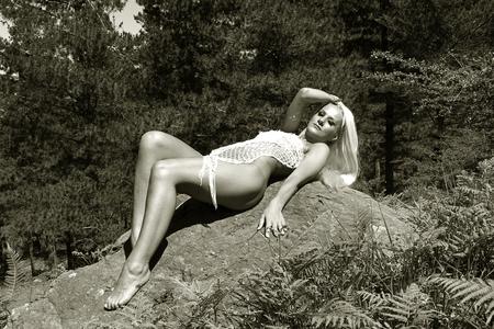 mujer rubia desnuda: chica guapa posando desnuda en la naturaleza Foto de archivo