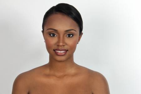 looking into camera: Bella donna che esamina la macchina fotografica