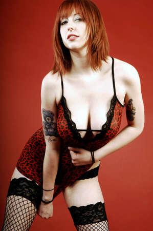 busty: modelo llevaba un vestido rojo