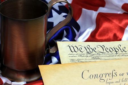 constituci�n pol�tica: Constituci�n americana y la bandera de EE.UU.