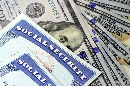 Tarjeta de la seguridad social y la circulación de los EEUU billete de cien dólares Foto de archivo - 34468054