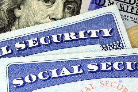 Tarjeta de seguro social y la moneda estadounidense Billete de cien dólares Beneficios de Jubilación Concepto de Seguridad Social Foto de archivo - 35529691