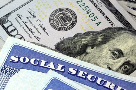 seguridad social: Tarjeta de seguro social y la moneda estadounidense Billete de cien d�lares Beneficios de Jubilaci�n Concepto de Seguridad Social Foto de archivo