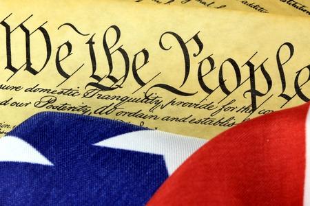 constituci�n pol�tica: Documento Hist�rico Constituci�n de los EEUU - nosotros la gente con la bandera americana