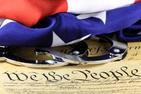 Handcuffs on US Constitution - Fourth Amendment rights Stockfoto