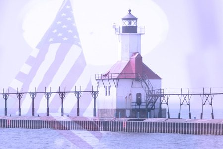 lake michigan lighthouse: Doble exposici�n de San Jos� al norte del faro muelle a lo largo de la costa del Lago Michigan con el fondo de la bandera americana Foto de archivo