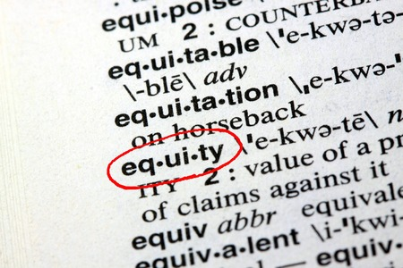 equidad: La equidad de la palabra en el diccionario Inglés Foto de archivo