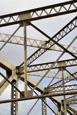오래 된 철 다리 다리 구성원입니다. 스톡 콘텐츠