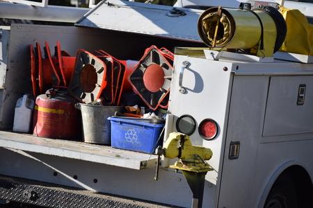 길거리 트럭 트럭으로 장비를 가득.