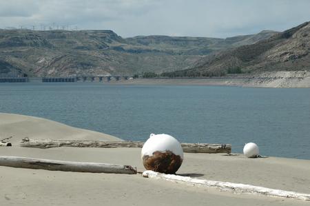 호수에 서있는 부 표. 에디토리얼