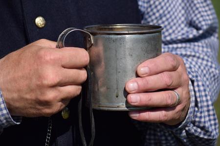 커피의 주석 컵을 들고 남자입니다. 스톡 콘텐츠 - 93752491