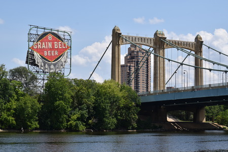 Grain Belt Beer sign and bridge over the Mississippi River. Redakční