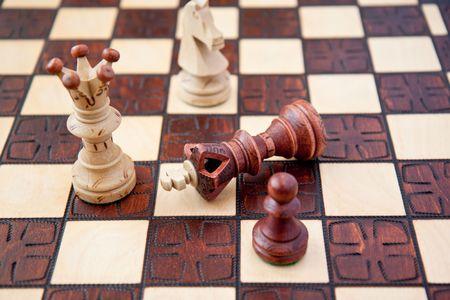 gamesmanship: pieza de ajedrez en un tablero de ajedrez Foto de archivo